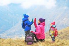Счастливая мать и 2 дет путешествуют в горах зимы Стоковое Изображение