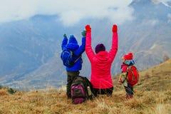 Счастливая мать и 2 дет путешествуют в горах зимы Стоковое фото RF