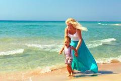 Счастливая мать и младенец играя на пляже Стоковое Фото