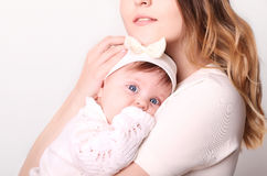 Счастливая мать и младенец смеясь над в студии Стоковое фото RF