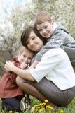 Счастливая мать и обнимать 2 детей Стоковые Фотографии RF