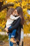 Счастливая мать и дочь в парке осенью стоковое фото rf