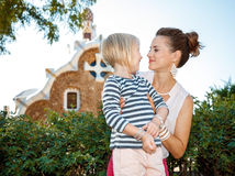 Счастливая мать и дочь имея время потехи в парке Guell Стоковые Изображения RF