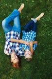 Счастливая мать и ребенок кладя на луг Стоковое фото RF