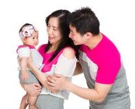 Счастливая мать, отец и маленькая дочь стоковые фотографии rf