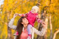 Счастливая мать при девушка ребенк идя outdoors на осень Стоковое Изображение