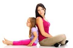 Счастливая мать семьи играя с ее дочерью стоковые изображения rf