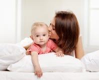 Счастливая мать семьи и ее младенец стоковые изображения rf