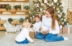 Счастливая мать семьи и 2 дет на дереве утра рождества Стоковое фото RF