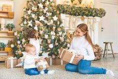Счастливая мать семьи и 2 дет на дереве утра рождества Стоковое Изображение RF