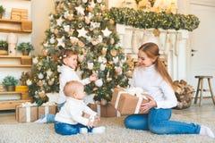 Счастливая мать семьи и 2 дет на дереве утра рождества Стоковая Фотография