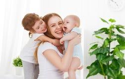 Счастливая мать семьи и 2 дет, сын и дочь в кровати Стоковые Фотографии RF