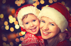 Счастливая мать семьи и маленький ребенок играя в рождестве Стоковое Изображение