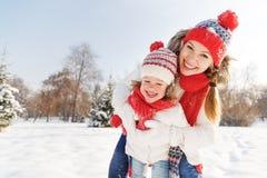Счастливая мать семьи и дочь ребенка имея потеху, играя на wi стоковые фотографии rf