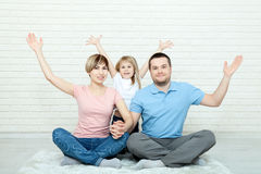 Счастливая мать семьи, отец и 2 дет играя и прижимаясь дома на поле Стоковая Фотография RF