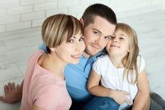 Счастливая мать семьи, отец и 2 дет играя и прижимаясь дома на поле Необычно взгляд сверху Стоковая Фотография RF