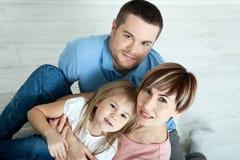 Счастливая мать семьи, отец и 2 дет играя и прижимаясь дома на поле Необычно взгляд сверху Стоковое фото RF