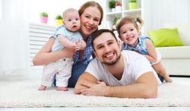 Счастливая мать семьи, отец и 2 играть и cuddlin детей Стоковая Фотография RF