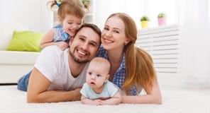 Счастливая мать семьи, отец и 2 играть и cuddlin детей Стоковые Фотографии RF