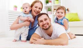 Счастливая мать семьи, отец и 2 играть и cuddlin детей Стоковое Изображение RF