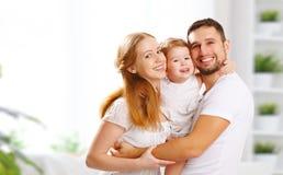 Счастливая мать семьи, отец, ребенок дома стоковые изображения rf