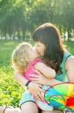 Счастливая мать семьи с ее дочерью в природе стоковые фотографии rf