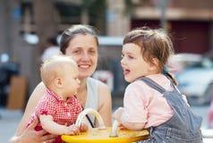 Счастливая мать с 2 детьми Стоковые Фото