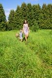 Счастливая мать с молодым сыном далеко от дома Стоковые Фото
