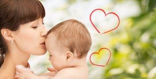Счастливая мать с прелестным младенцем стоковое изображение rf