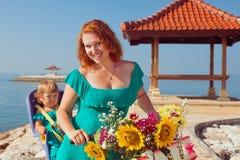 Счастливая мать с ребенком в месте велосипеда Стоковая Фотография