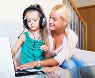 Счастливая мать уча маленькой дочери Стоковая Фотография RF