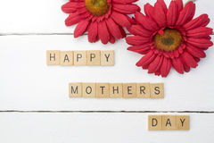 Счастливая мат-дневная белая деревянная предпосылка с красной хризантемой f стоковые фотографии rf
