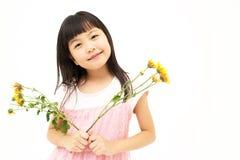 Счастливая маленькая девочка с желтой маргариткой Стоковая Фотография RF