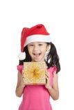 Счастливая маленькая азиатская девушка с шляпой и подарочной коробкой santa Стоковые Фотографии RF