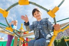 Счастливая маленькая девочка взбираясь на спортивной площадке детей Стоковая Фотография RF