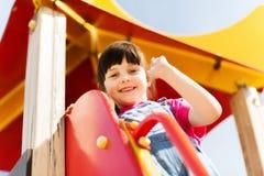 Счастливая маленькая девочка взбираясь на спортивной площадке детей Стоковое фото RF