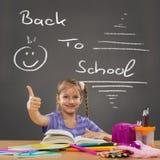 Счастливая маленькая девочка в выставках стенда школы все одобряет Стоковая Фотография