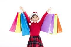 Счастливая маленькая девочка держа хозяйственные сумки рождества Стоковое Изображение RF