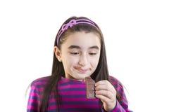 Счастливая маленькая девочка есть шоколад Стоковое Фото