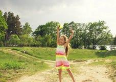 Счастливая маленькая девочка играет перед дождем Стоковое фото RF