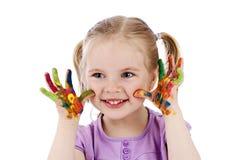 Счастливая маленькая девочка играя с акварелями Стоковые Фотографии RF