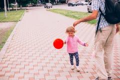 Счастливая маленькая девочка играя с красочной игрушкой раздувает outdoors Стоковое фото RF