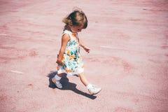 Счастливая маленькая девочка играя outdoors Стоковое Изображение RF