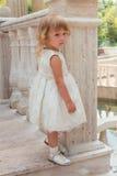 Счастливая маленькая девочка играя outdoors Стоковые Фотографии RF