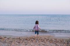 Счастливая маленькая девочка идет к морю Стоковые Изображения