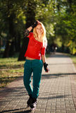 Счастливая маленькая девочка наслаждаясь кататься на коньках ролика в парке Стоковые Фото