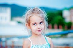 Счастливая маленькая девочка на пляже Стоковое Изображение RF