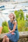 Счастливая маленькая девочка на Le Suquet в Канн стоковое фото rf