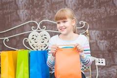Счастливая маленькая девочка после ходить по магазинам Стоковое фото RF