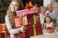 Счастливая маленькая девочка получая подарки на рождество Стоковое Фото